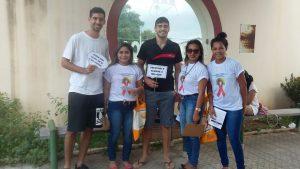 Os alunos extensionistas fazendo a distribuição de preventivos e divulgando as atividades do projeto.